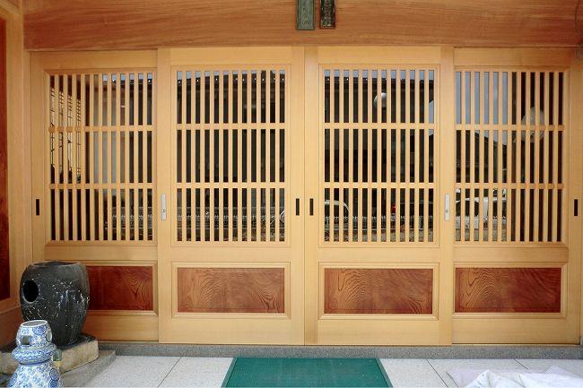組子・格子・斜めデザインなど日本の様式美を取り入れた建具を